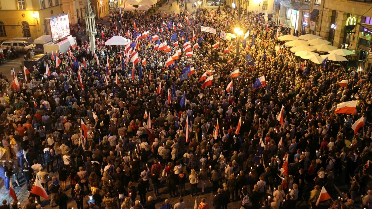 Poland challenged on court reform