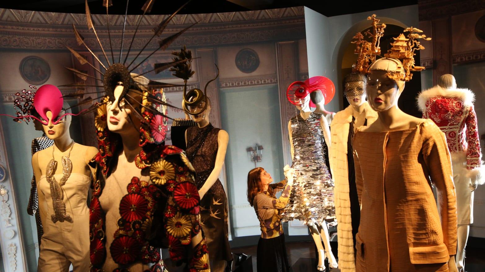 Wählen Sie für authentisch letzte Auswahl zu Füßen bei Judith Clark on Cecil Beaton's Revolutionary Fashion Exhibit