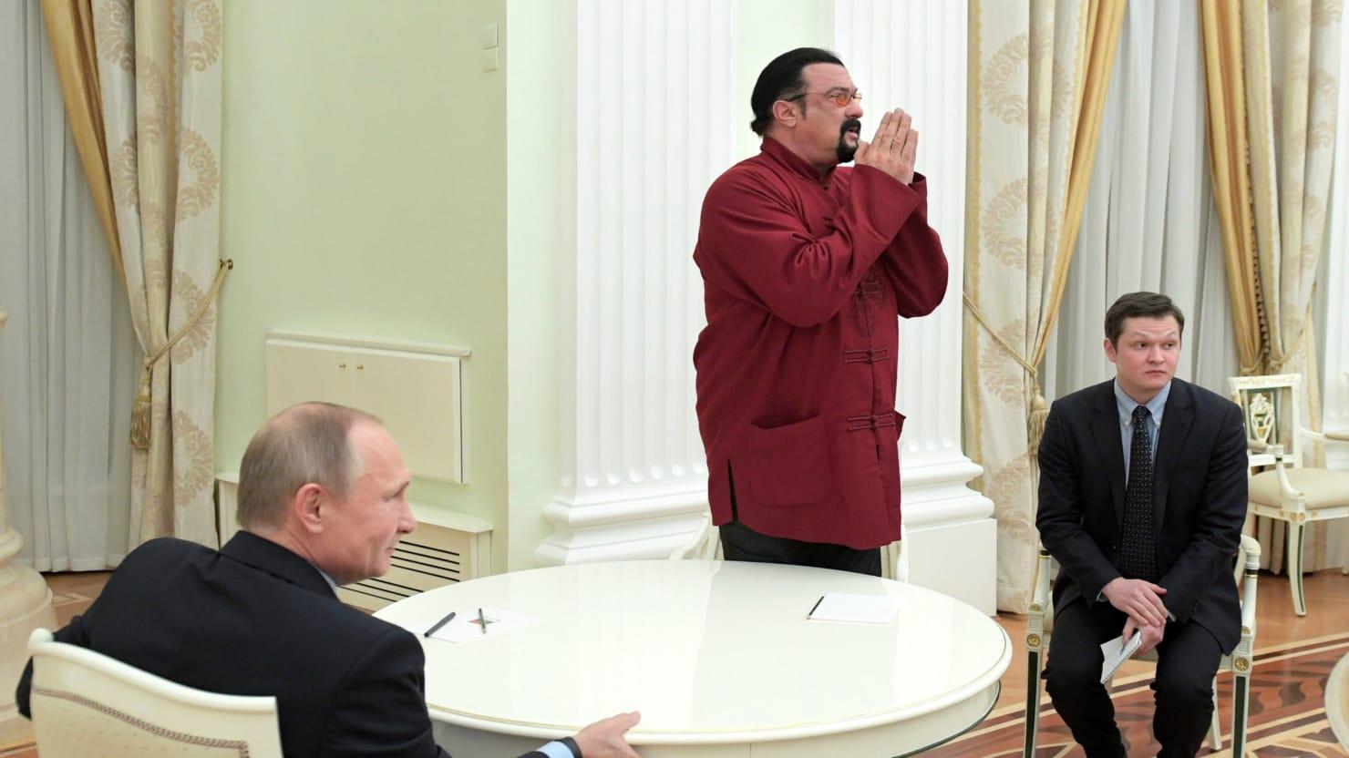 Vladimir Putin presented a Russian passport to Steven Sigalu 25.11.2016 13