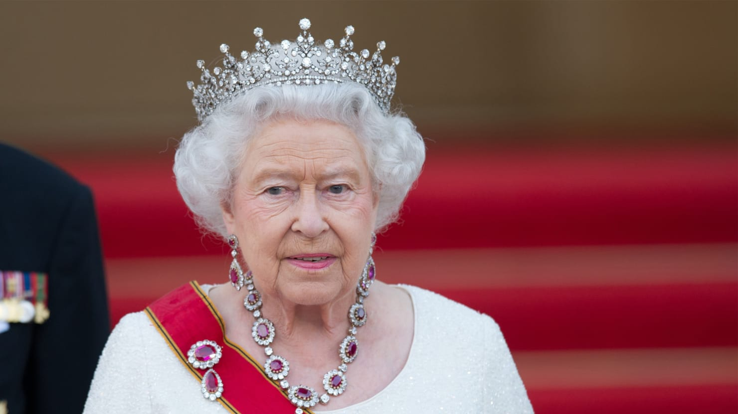 Half Jacket 2 0 >> Buckingham Palace Slams Video Of Queen Giving Nazi Salute
