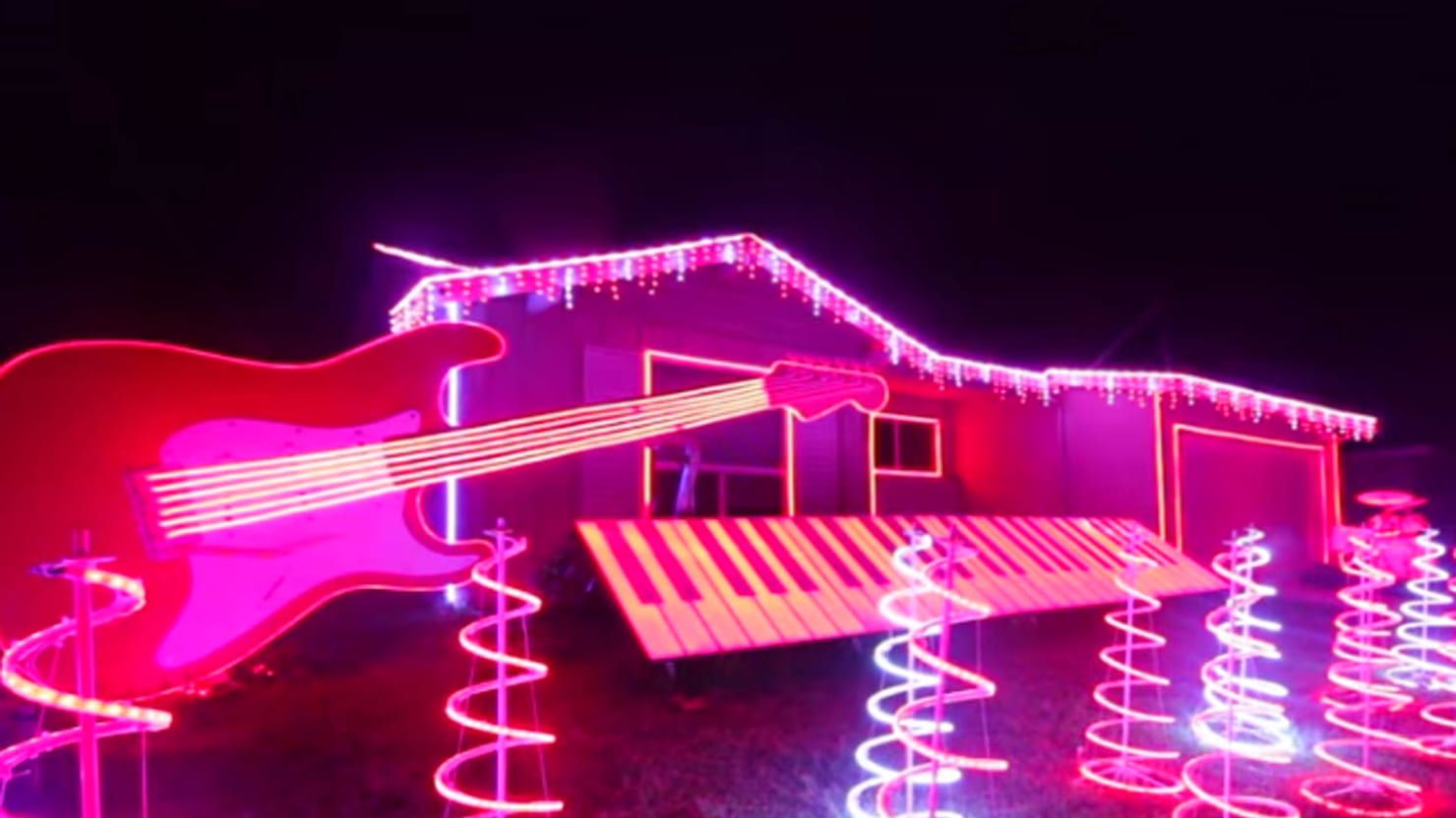 Star Wars Christmas Lights, Unedited Footage of a Bear, and More Viral Videos