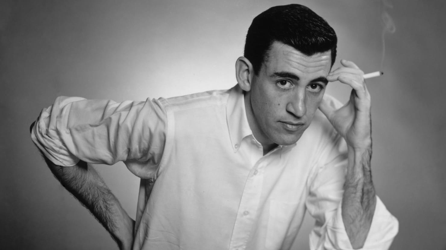 Jerome D. Salinger. Quelle: https://img.thedailybeast.com/image/upload/c_crop,d_placeholder_euli9k,h_1439,w_2560,x_0,y_0/dpr_2.0/c_limit,w_740/fl_lossy,q_auto/v1492718071/articles/2013/09/02/15-revelations-from-new-j-d-salinger-biography/130901-salinger-tease_iqjaxj