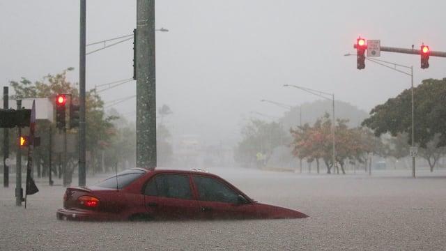 hurricane hawaii lane category 3 4 5 submerged car rain flood climate change pressure why volcano