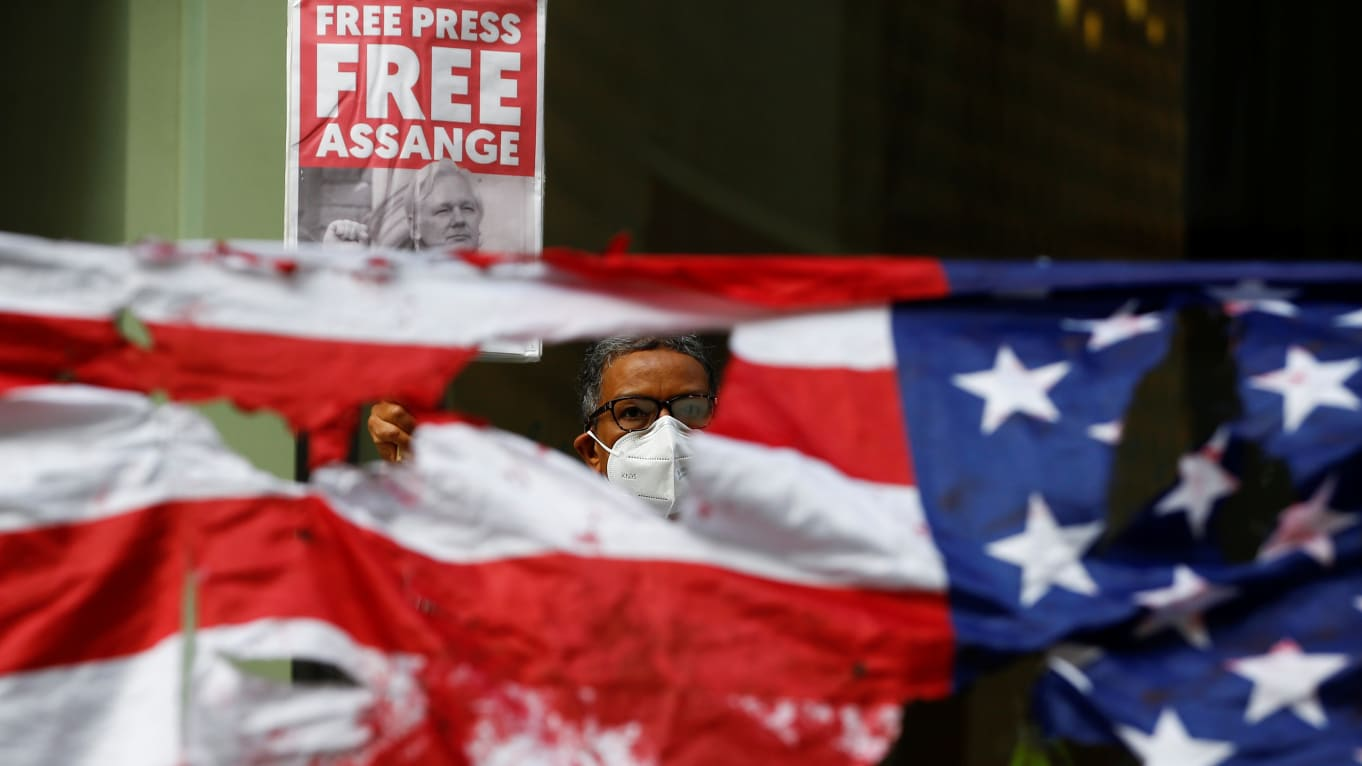 Assange offered bribe by GOP Congress member