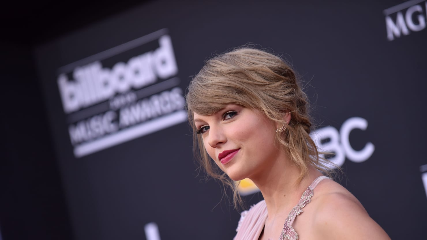Taylor Swift Urges Fans To Vote Against 'Fear Based Extremism'