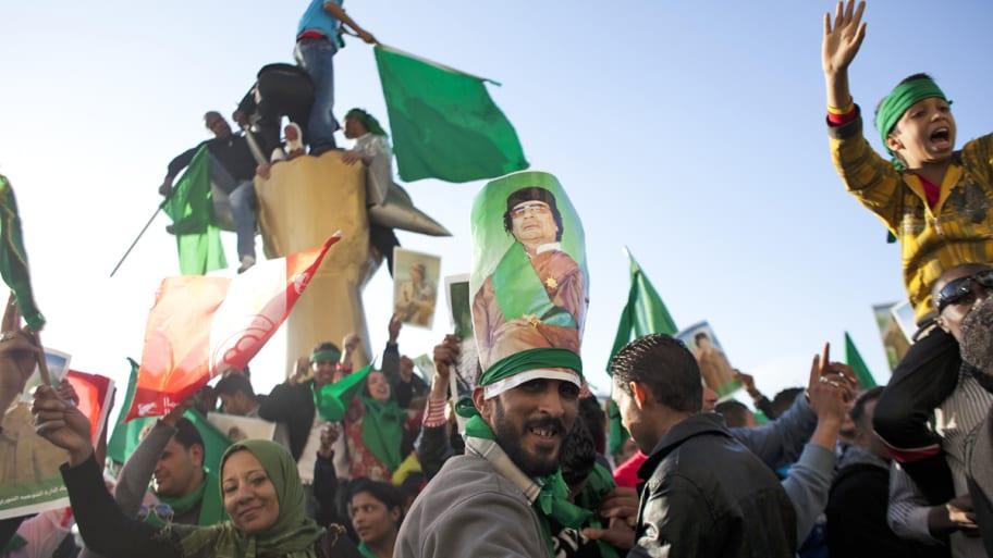 [Obrazek: pro-gaddafi-supporters-libya-cheat_x3k73h]