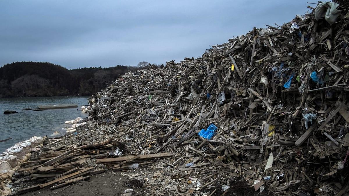 japanese debris plume from tsunami migrating across