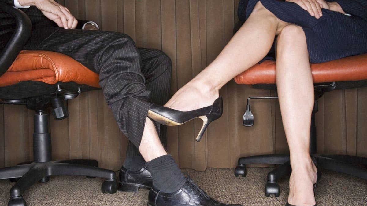 ноги женщины под столом знала