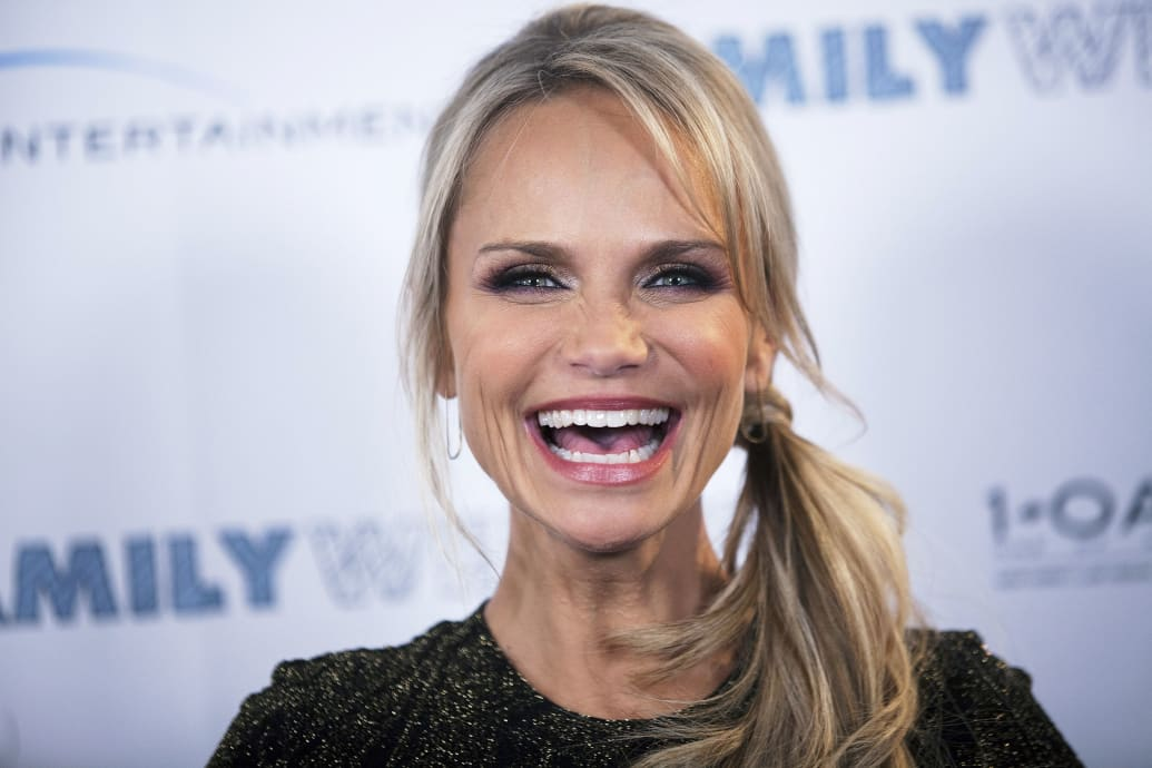 https://cdn.thedailybeast.com/content/dailybeast/articles/2013/03/27/kristin-chenoweth-on-her-darker-role-in-family-weekend/jcr:content/image.crop.800.500.jpg/45478501.cached.jpg